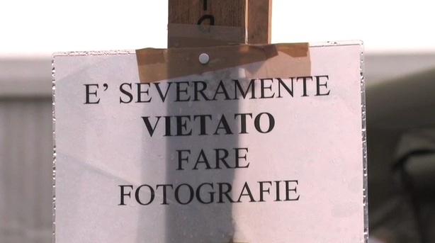 E' severamente vietato scattare fotografie - Cartello all'ingresso del Campo di Collemaggio